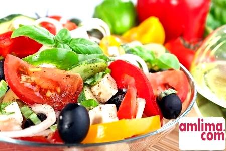 Салат з бринзою та оливками