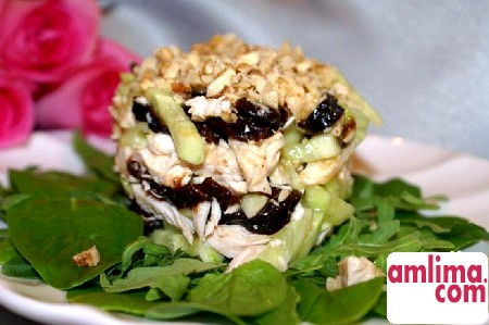 Салат з чорносливом і куркою і огірком