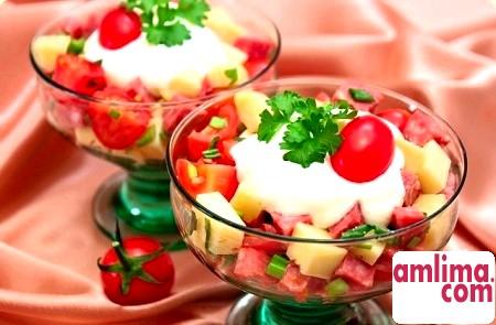 Салат з ковбасою і помідорами - просто і смачно!
