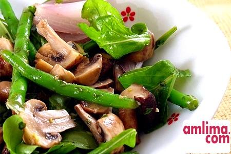 Салат з маринованими печерицями: ситно, смачно, а головне - швидко!