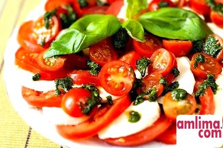 Салат з моцарелою і помідорами - привіт з Італії!