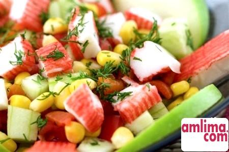салат з крабових паличок з помідорами