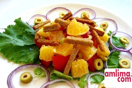 Салат з помідорами і сухариками: кілька літніх рецептів