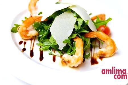 Салат з руколою і креветками