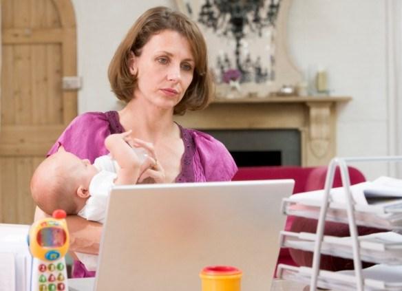 Фото - жінка сидячи в декреті заробляє в інтернеті