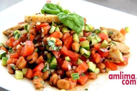 Ситний салат з копченою куркою і квасолею