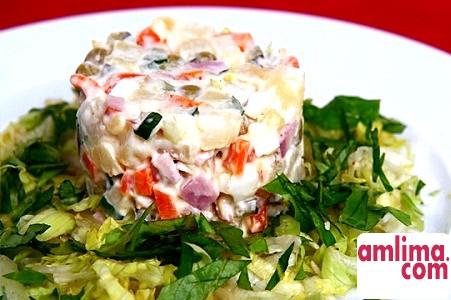 Такий різноманітний салат з шинкою і огірками