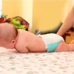 Фото - дитина перекинувся зі спини на живіт