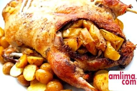качка з яблуками і картоплею