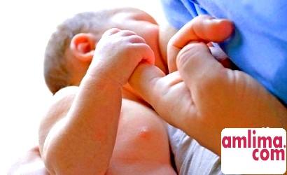 дитина постійно висить на грудях