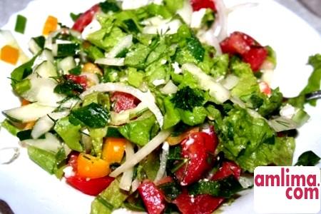 Вітамінний салат із зеленої цибулі