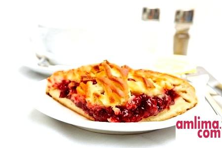 Смачні ідеї для випічки: пиріг з брусницею і яблуками