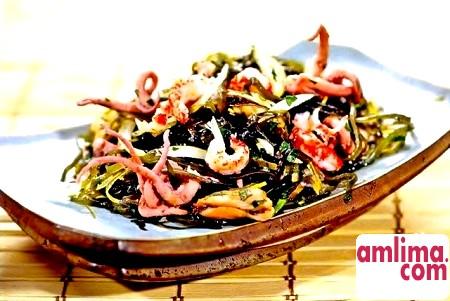 Смачний салат з морської капусти з крабовими паличками