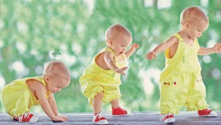 У скільки місяців діти починають ходити?