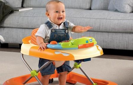 У скільки місяців дитину можна починати садити в ходунки